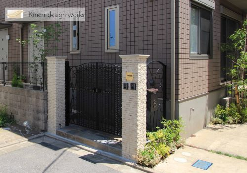 >千葉市稲毛区。ボタニカルなアイアン扉で玄関リフォーム。