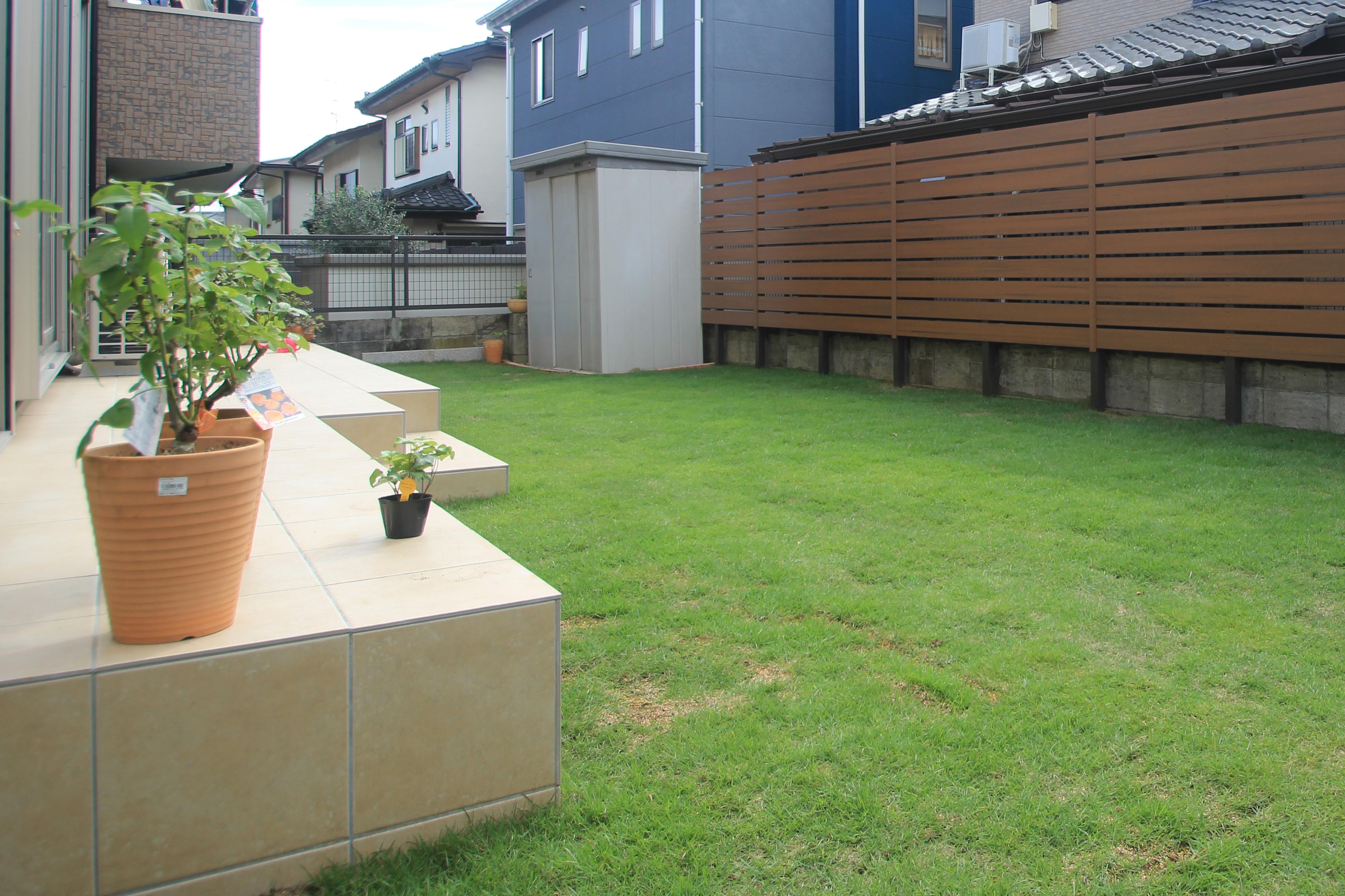 千葉県松戸市にて。レンガのカーブがお洒落な階段。ナチュラルカラーの素敵なポーチです。9