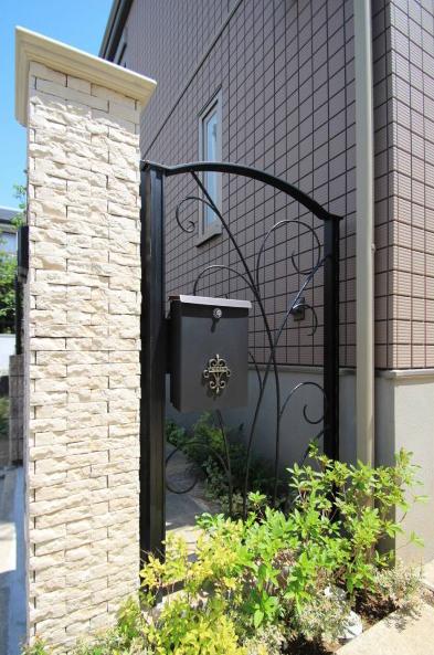 千葉市稲毛区。ボタニカルなアイアン扉で玄関リフォーム。11