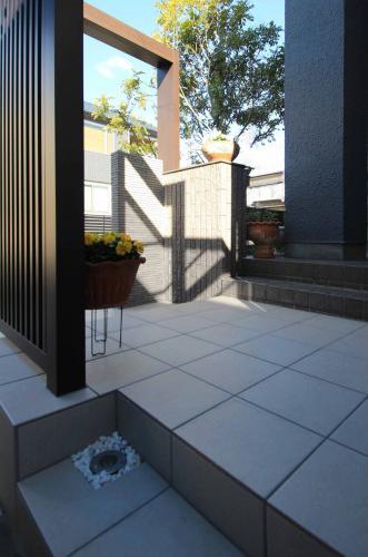 千葉市。玄関廻りにウッドナチュラルな素材感。9