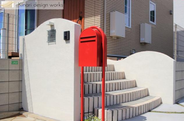 船橋市にて。おしゃれな赤いポストとかわいいレンガの階段。1