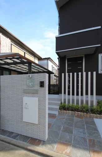 千葉市。真っ白なボーダータイルとアースカラーの石畳。3
