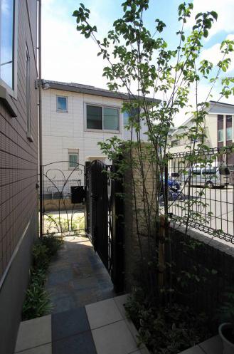 千葉市稲毛区。<br>ボタニカルなアイアン扉で玄関リフォーム。14