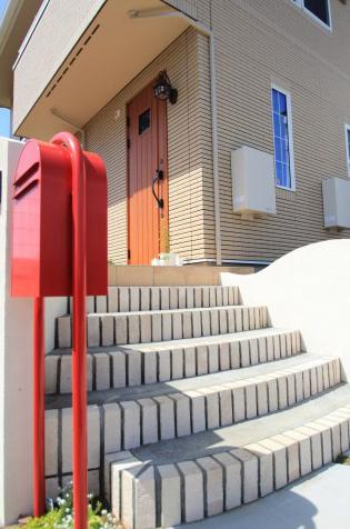 船橋市にて。おしゃれな赤いポストとかわいいレンガの階段。9