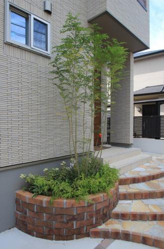 千葉県松戸市にて。レンガのカーブがお洒落な階段。ナチュラルカラーの素敵なポーチです。14