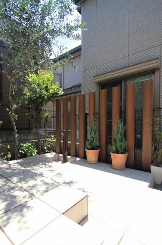 千葉市稲毛区。ボタニカルなアイアン扉で玄関リフォーム。9