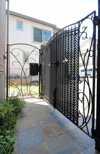 千葉市稲毛区。<br>ボタニカルなアイアン扉で玄関リフォーム。12