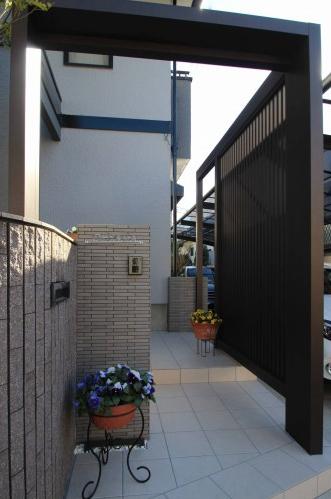 千葉市。玄関廻りにウッドナチュラルな素材感。6