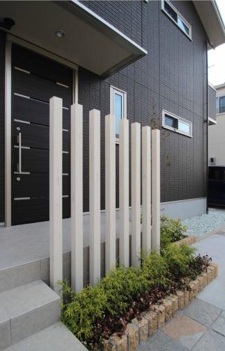 千葉市。真っ白なボーダータイルとアースカラーの石畳。4