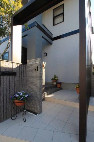 千葉市。玄関廻りにウッドナチュラルな素材感。7