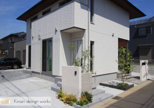 >千葉市。<br>カッティングが美しい端正な白壁に香る初夏。