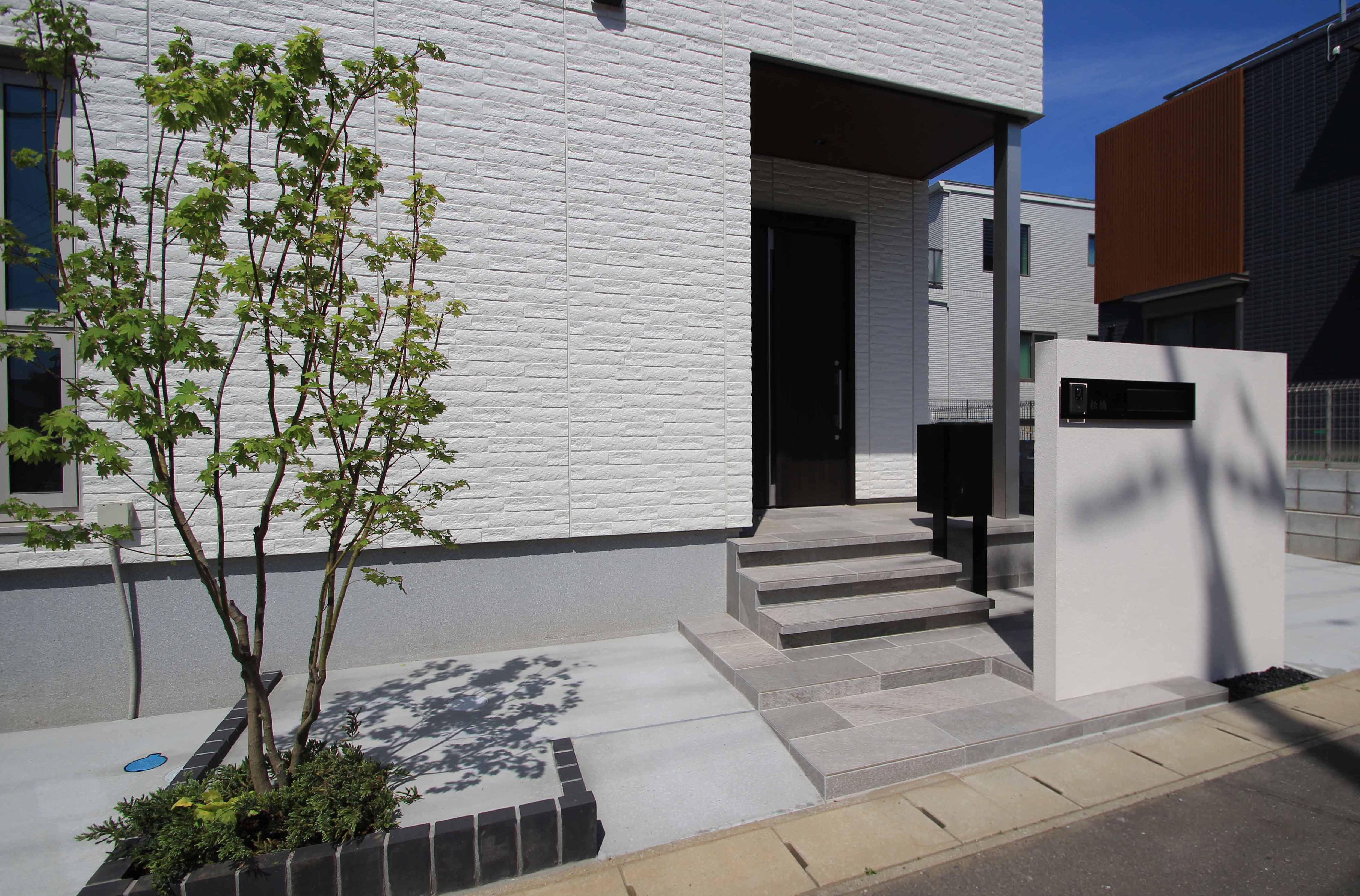千葉市。<br>カッティングが美しい端正な白壁に香る初夏。13