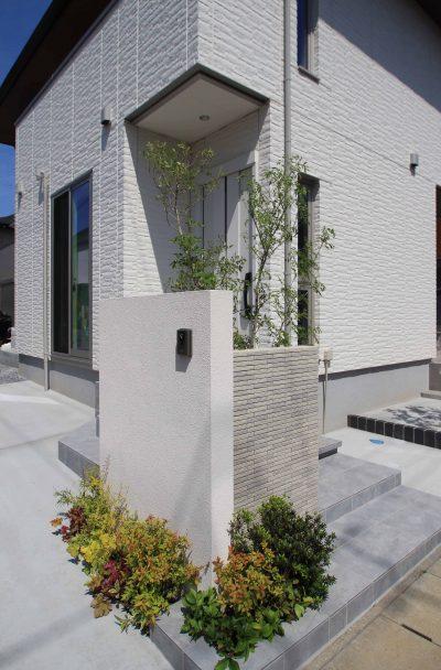 千葉市。<br>カッティングが美しい端正な白壁に香る初夏。5