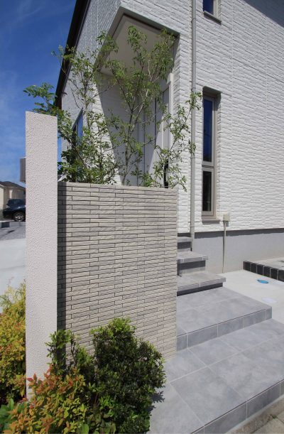 千葉市。<br>カッティングが美しい端正な白壁に香る初夏。7