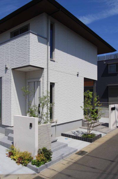 千葉市。<br>カッティングが美しい端正な白壁に香る初夏。9