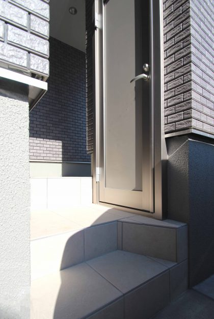 千葉市緑区。<br>スクリーンブロックの透け感で<br>すっきり美人な玄関廻り。11
