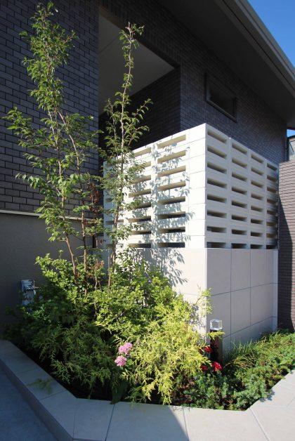 千葉市緑区。<br>スクリーンブロックの透け感で<br>すっきり美人な玄関廻り。9