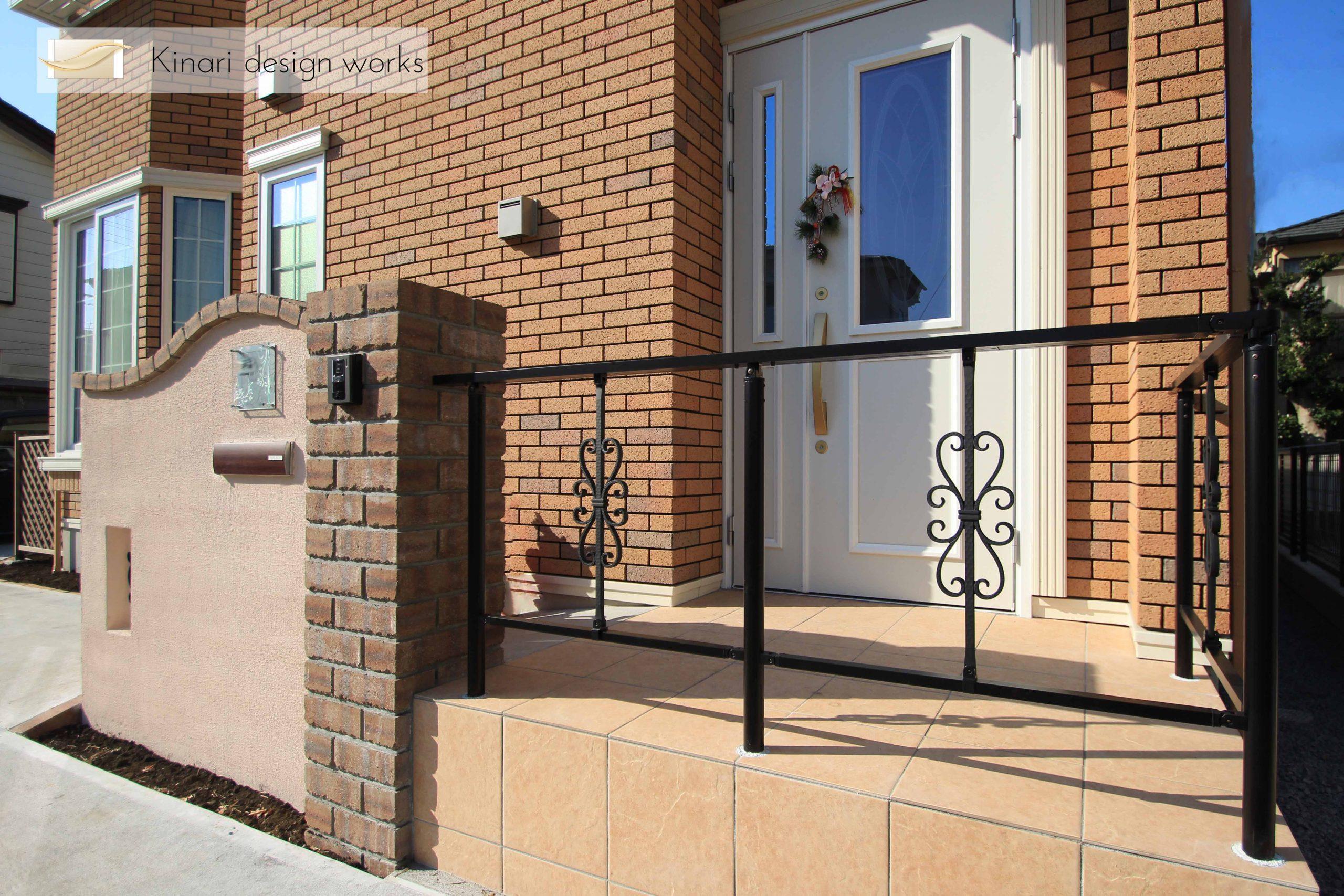 船橋市にて。<br>レンガのカーブがかわいい玄関廻り。1