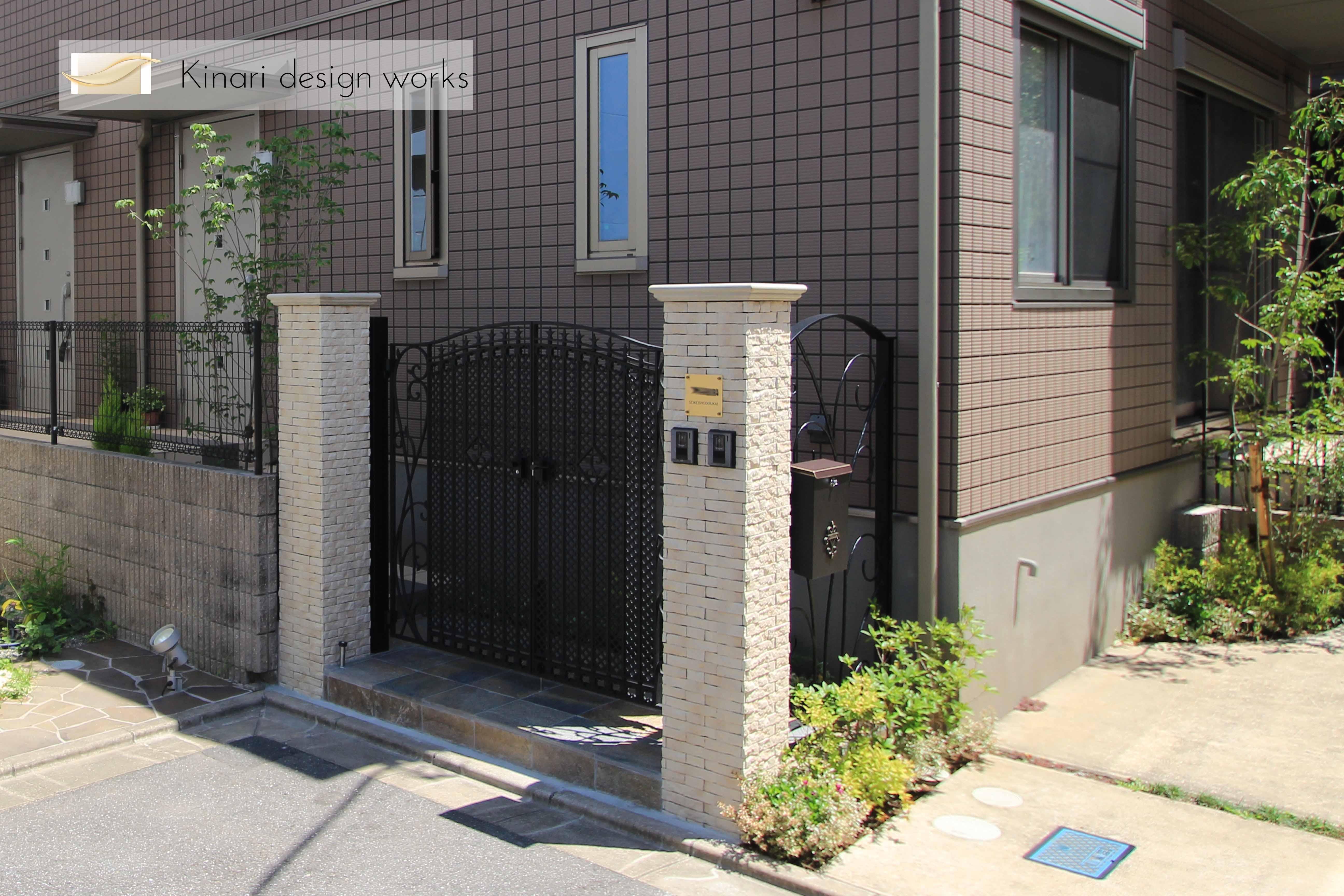 千葉市稲毛区。ボタニカルなアイアン扉で玄関リフォーム。1