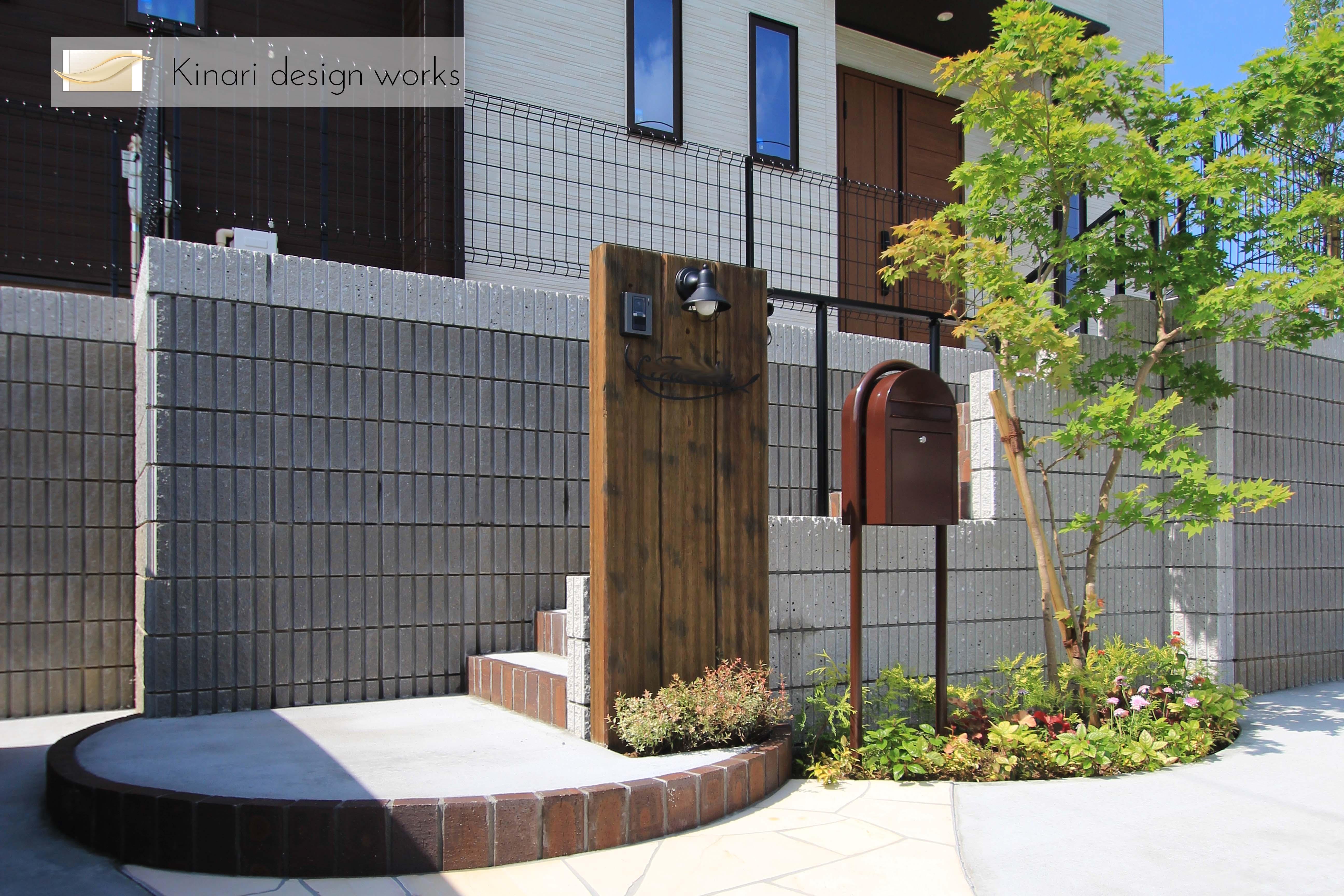 千葉市緑区。<br>アンティークテイストのアプローチ。1