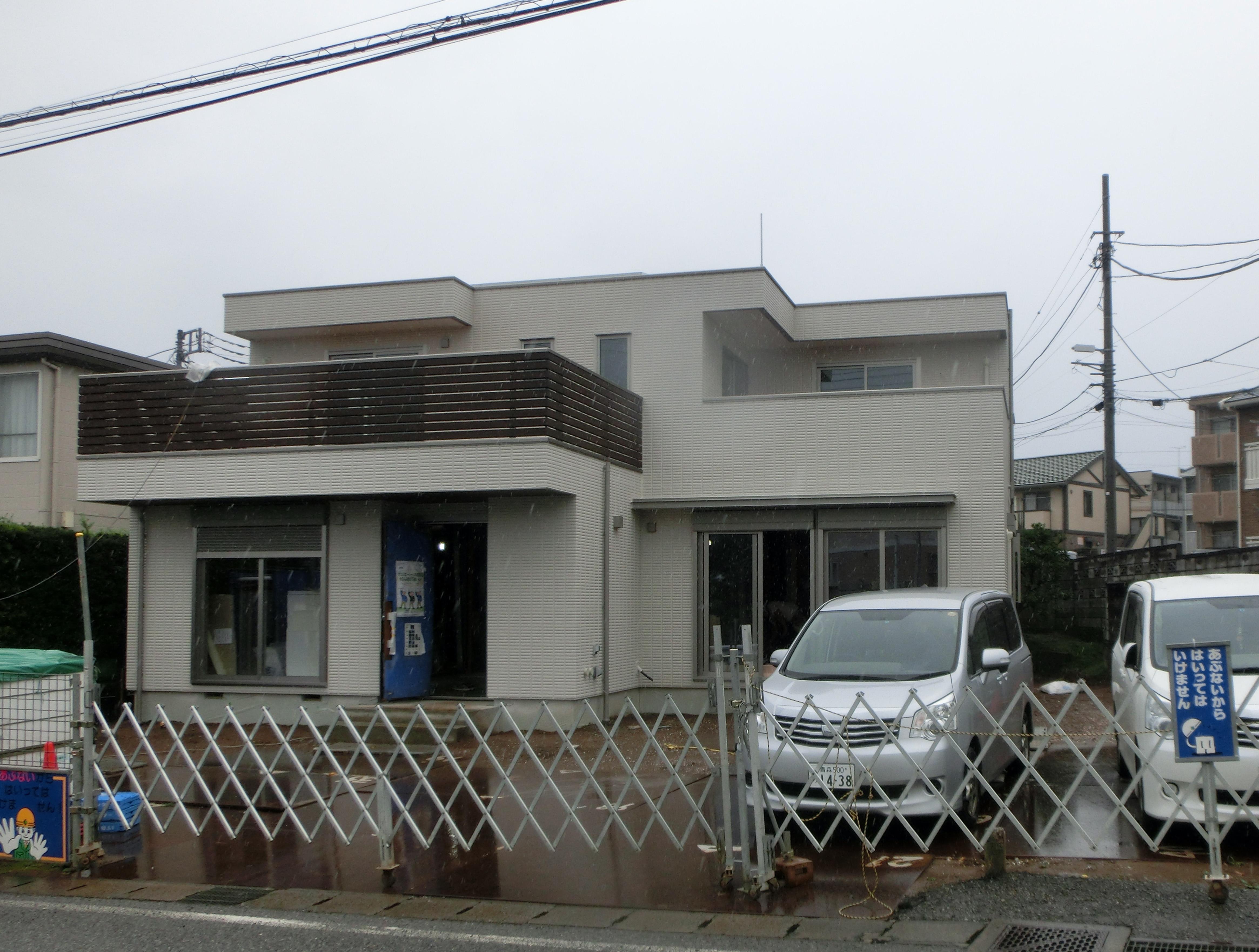 水平線を基調に石畳のアプローチとガラスブロックの素敵なハーモニー。千葉市。8