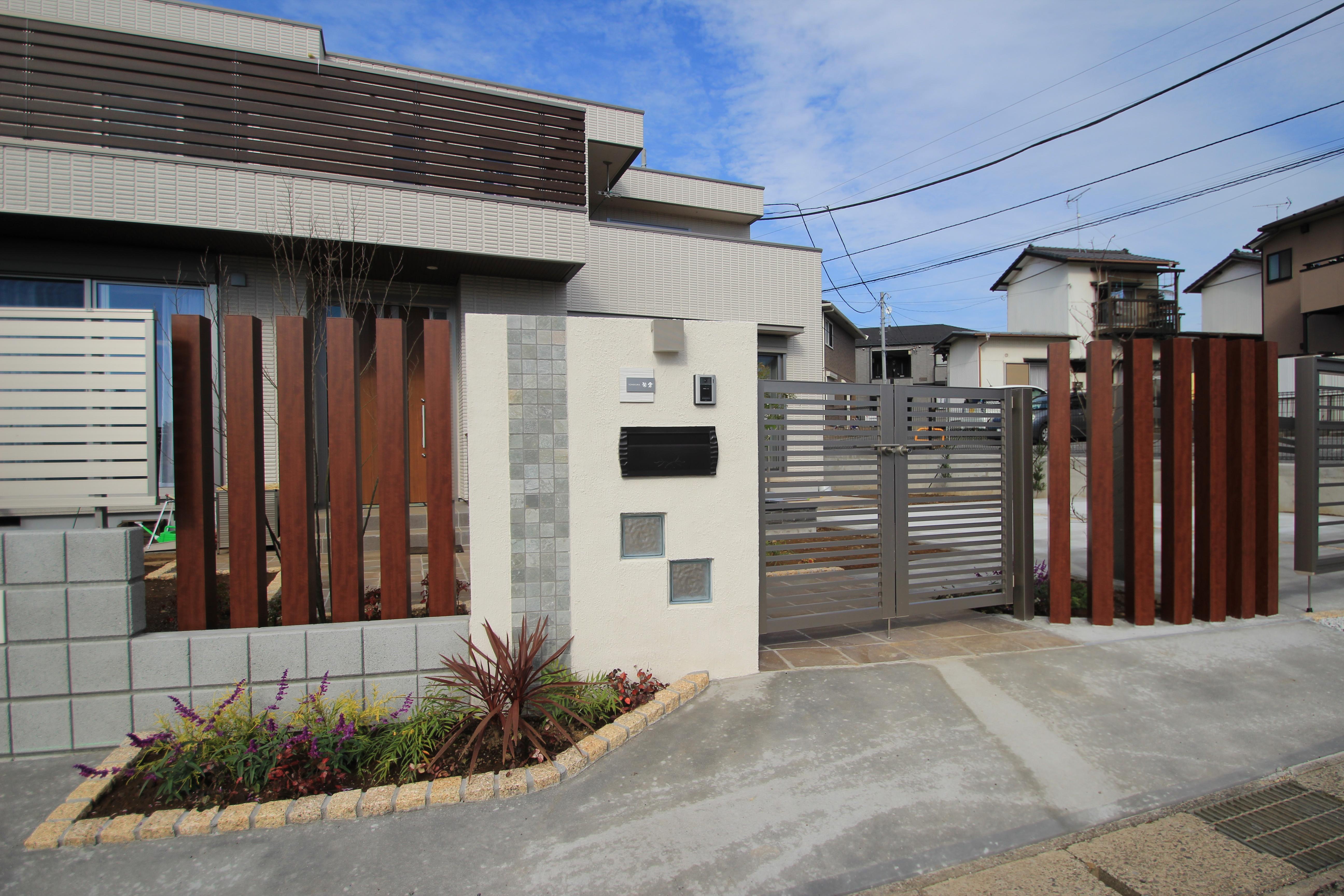 水平線を基調に石畳のアプローチとガラスブロックの素敵なハーモニー。千葉市。9