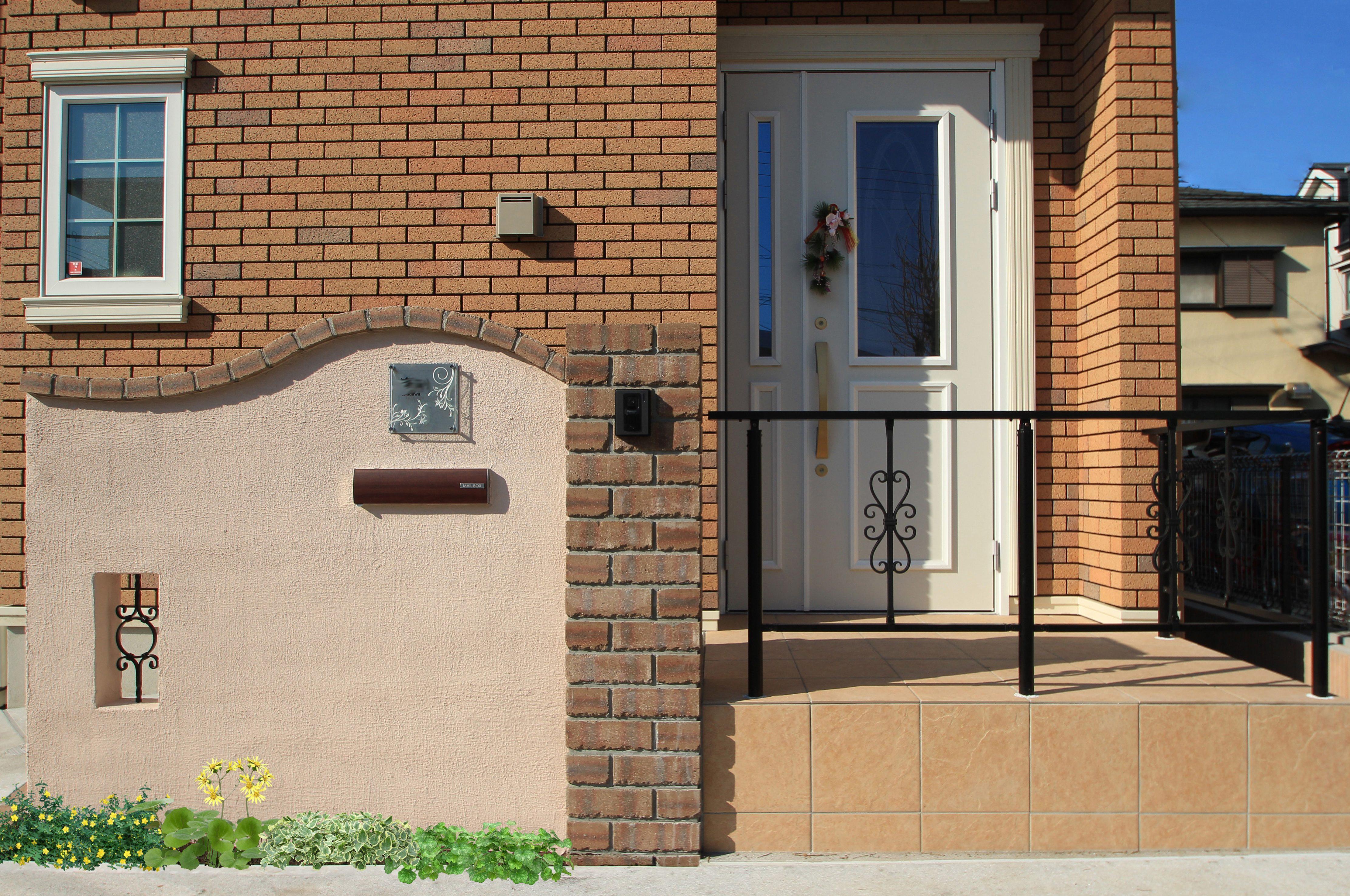 船橋市にて。レンガのカーブがかわいい玄関廻り。9
