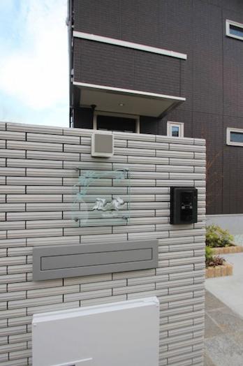 千葉市。真っ白なボーダータイルとアースカラーの石畳。5