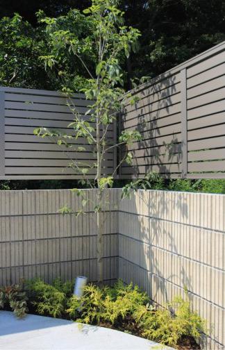 千葉市柏井町。木目フェンスのおしゃれなアプローチ。かわいいレンガのガーデン。11