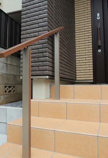 船橋市にて。<br>おしゃれな花壇と石貼りのアプローチ。11