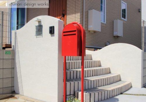 >船橋市にて。おしゃれな赤いポストとかわいいレンガの階段。