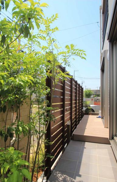 八千代市。深みのあるウッドな目隠しフェンスと石貼りの素敵エントランス。7