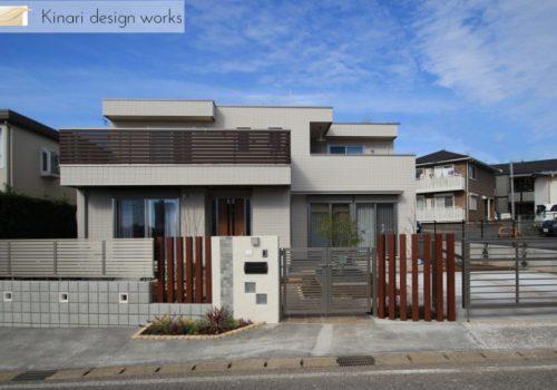 >水平線を基調に石畳のアプローチとガラスブロックの素敵なハーモニー。千葉市。