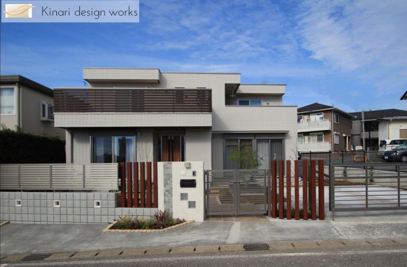水平線を基調に石畳のアプローチとガラスブロックの素敵なハーモニー。千葉市。1