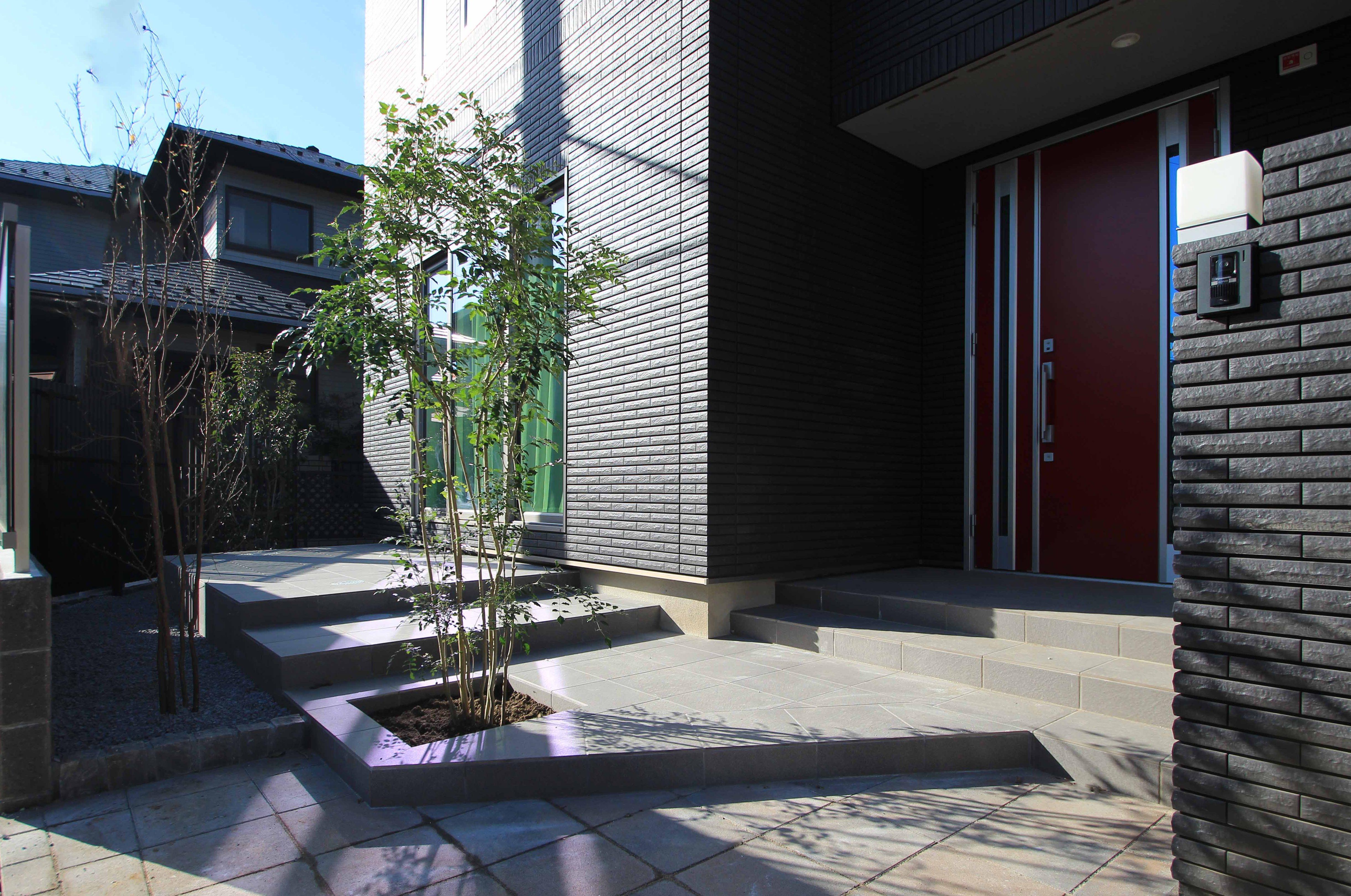 千葉市稲毛区。<br>シックなタイルテラスのアプローチ。6