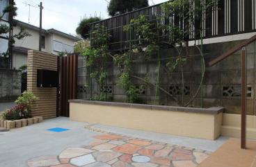 船橋市にて。<br>おしゃれな花壇と石貼りのアプローチ。7