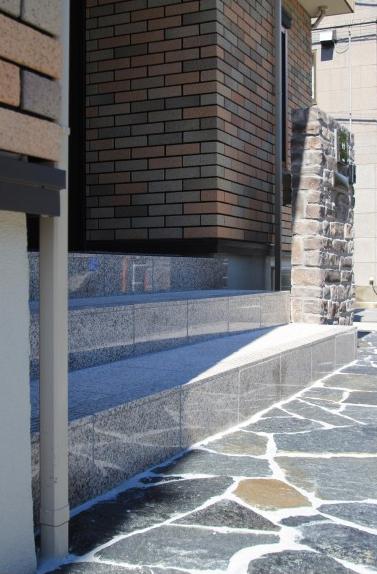 重厚な石貼りの玄関廻り 江戸川区T様邸9