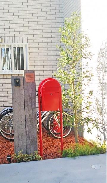 赤いポストのある外構<br>千葉市M様邸4