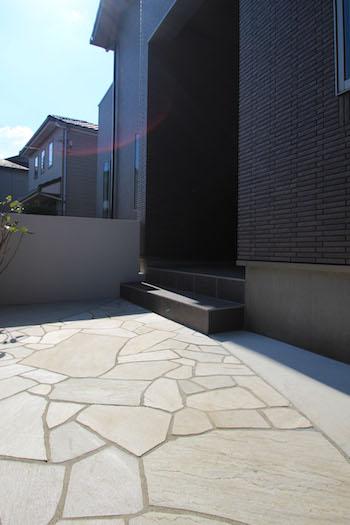 塗り壁と石貼りの高級観あるクローズ外構 <br>佐倉市U様邸7