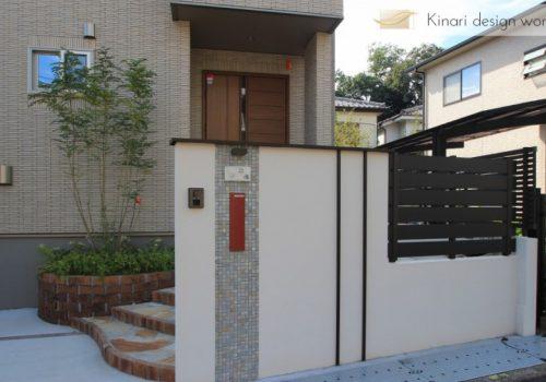 >千葉県松戸市にて。レンガのカーブがお洒落な階段。ナチュラルカラーの素敵なポーチです。