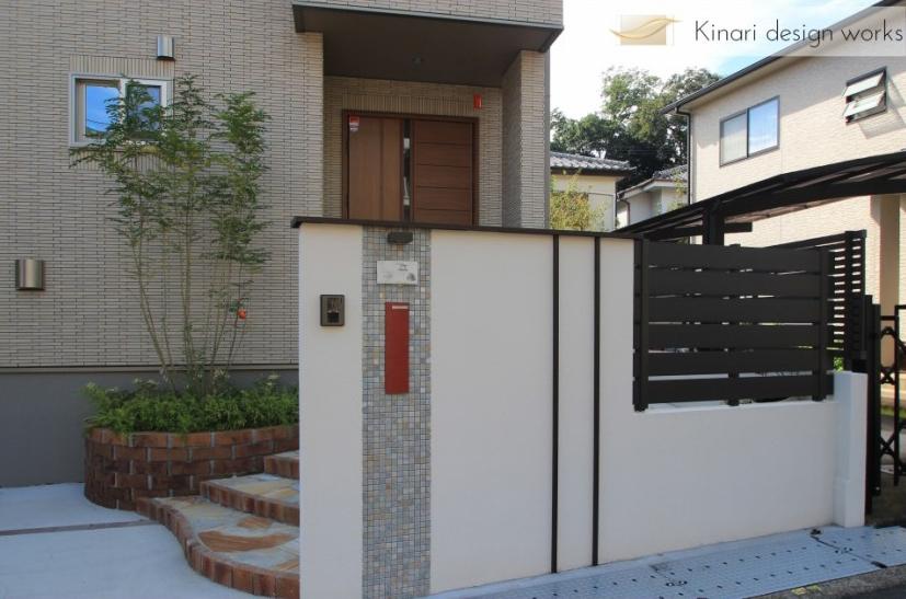 千葉県松戸市にて。レンガのカーブがお洒落な階段。ナチュラルカラーの素敵なポーチです。1