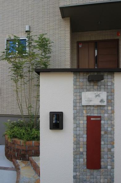 千葉県松戸市にて。レンガのカーブがお洒落な階段。ナチュラルカラーの素敵なポーチです。15