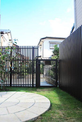 塗り壁と石貼りの高級観あるクローズ外構 <br>佐倉市U様邸9