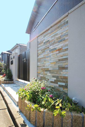 塗り壁と石貼りの高級観あるクローズ外構 <br>佐倉市U様邸12