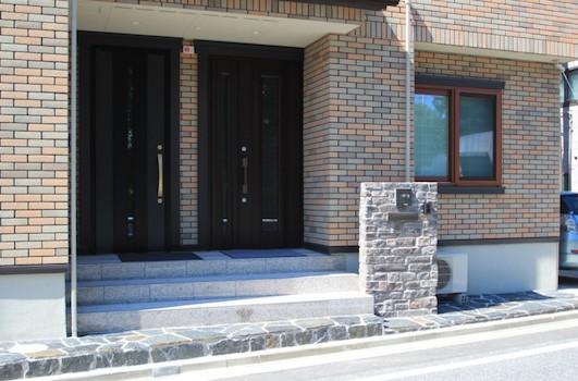 重厚な石貼りの玄関廻り 江戸川区T様邸10