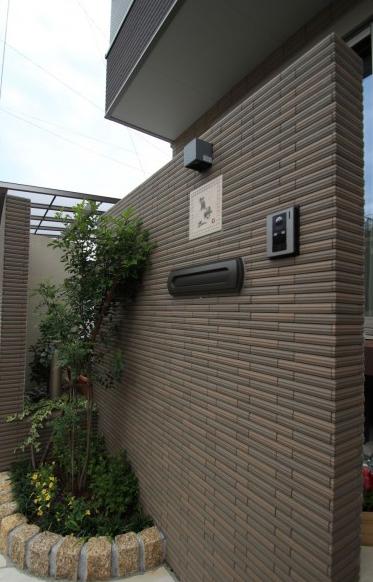 タイルを貼った門袖のある外構<br>松戸市10