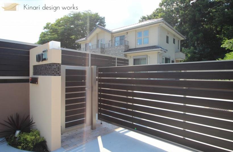 千葉市柏井町。木目フェンスのおしゃれなアプローチ。かわいいレンガのガーデン。1