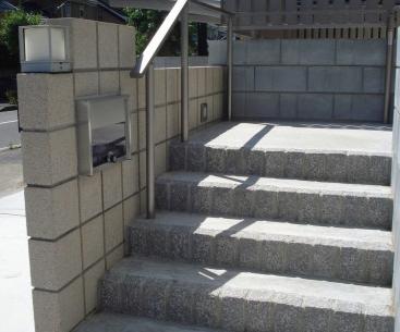 型枠ブロックを使った高低差のある外構<br>印西市5