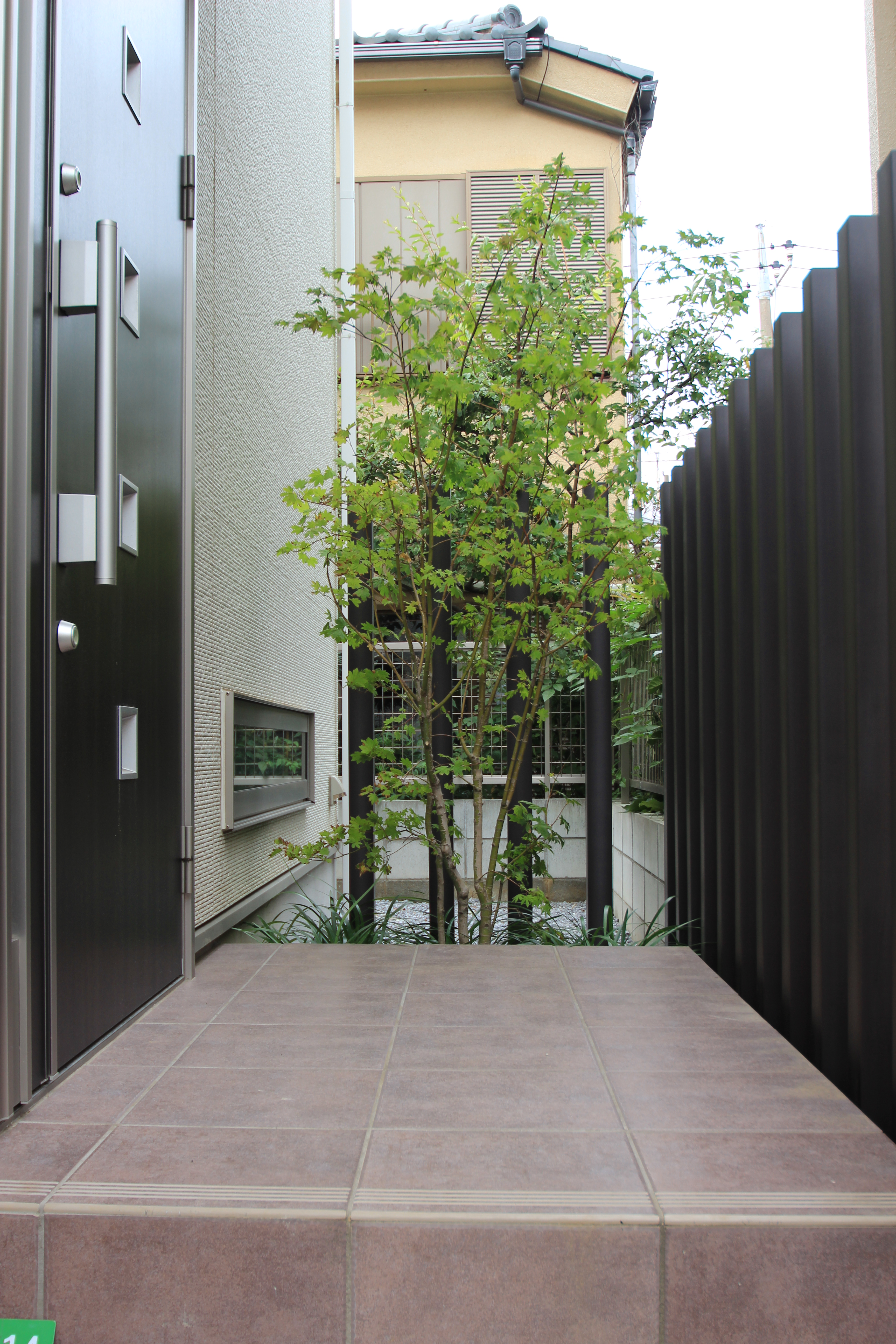 モダンな石畳のアプローチ<br>船橋市H様邸9