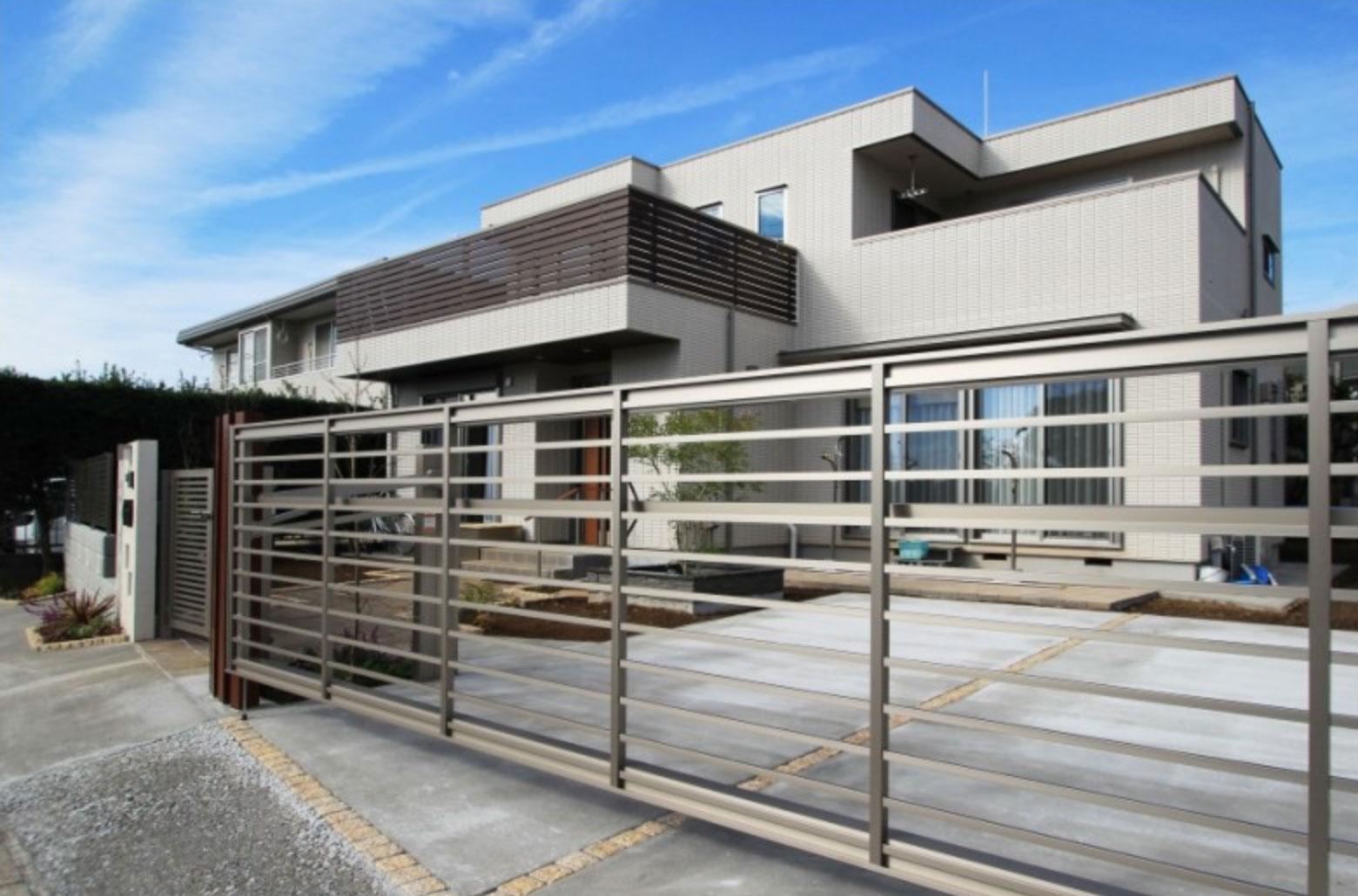 水平線を基調に石畳のアプローチとガラスブロックの素敵なハーモニー。千葉市。12